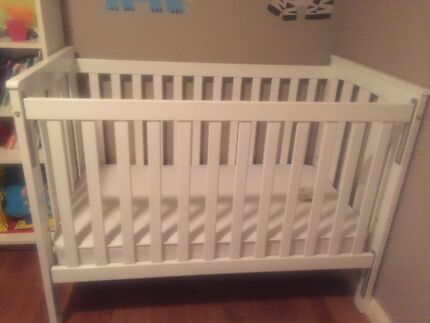 Cot and matching change table Merewether Newcastle Area Preview
