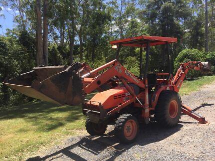 Kubota B21 tractor, backhoe, 4-1 front loader