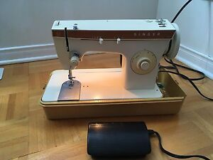 Singer sewing machine with carrying case