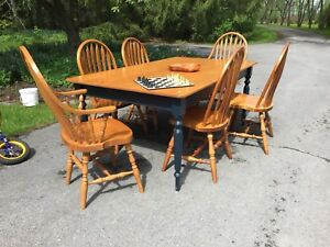 Maple two toned table and chairs 650$