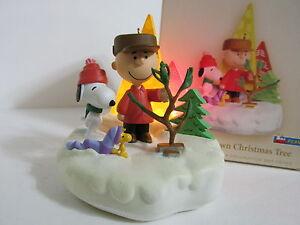 SNOOPY PEANUTS CHARLIE BROWN HALLMARK CHRISTMAS ORNAMENT LIGHTS AND MUSIC 2006