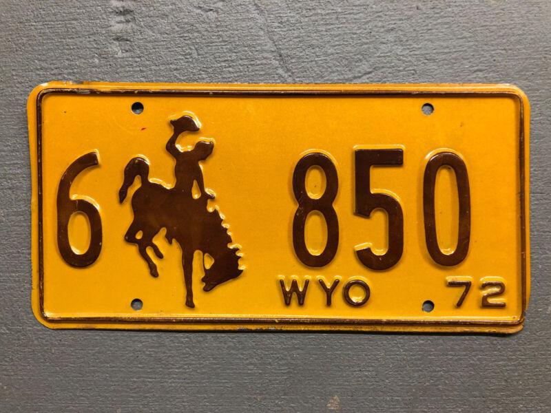 VINTAGE 1972 WYOMING LICENSE PLATE BUCKING BRONCO YELLOW/BROWN 6-850 NICE!!!