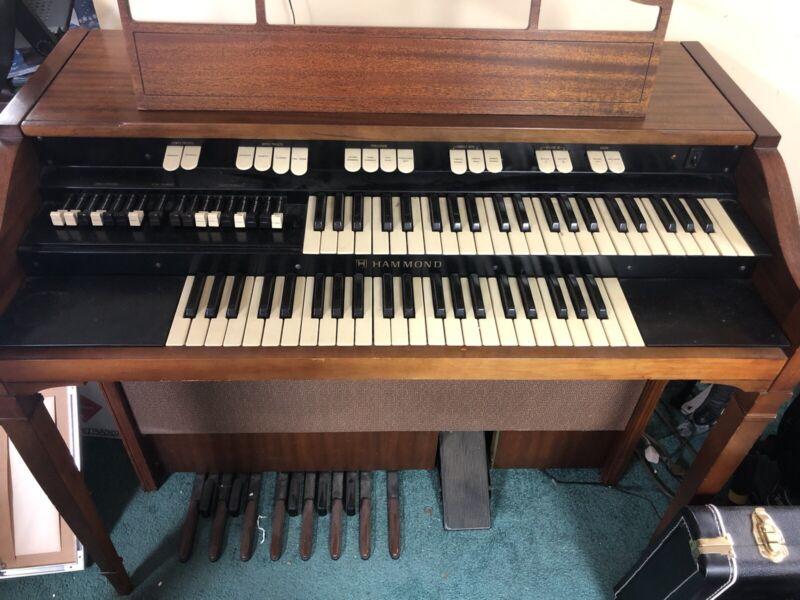 Hammond L-111 organ