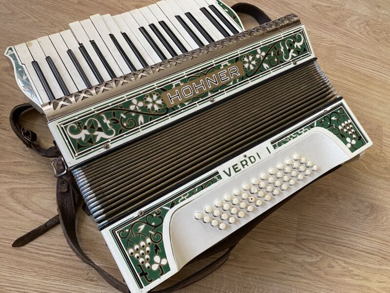VINTAGE HOHNER VERDI 1 ACCORDIAN WITH CARRY CASE 1964