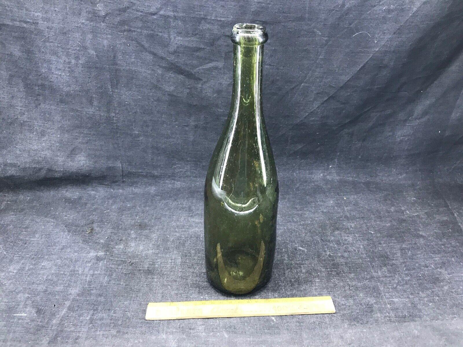 Bouteille de vin ancienne en verre bullé  légèrement tordue