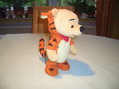 Winnie Pooh im Tigger Kostüm hüpft  Mattel