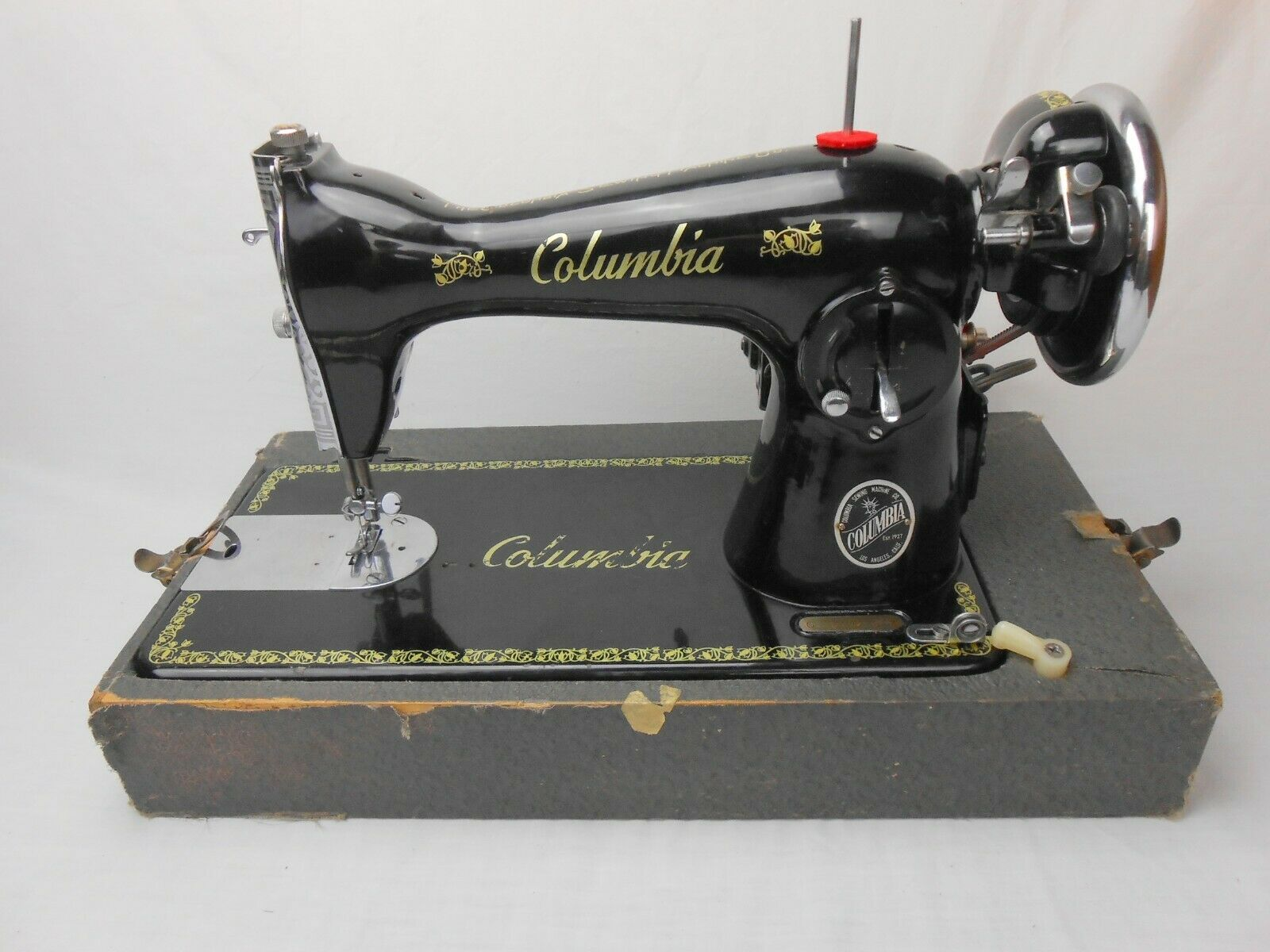 Universal DeLuxe Sewing Machine Gorgeous Artwork - Straight Stich - Sews Well - $174.99