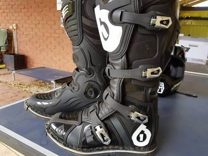 Ladies Motorcross (XS/size7)helmet/boots/gloves/goggles NEAR NEW!