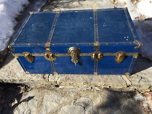 Coffre antique bleu