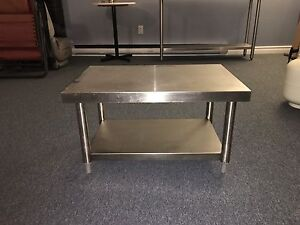 Table basse stainless pour restaurant