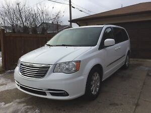 2014 CHRYSLER  TOWN & COUNTRY $10000 (OBO)