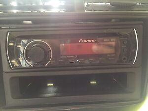 Universal car CD player with AUX Windsor Region Ontario image 3