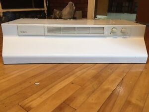 White vented range hood / exhaust fan