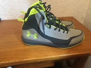 Under armour men's shoes like new!!