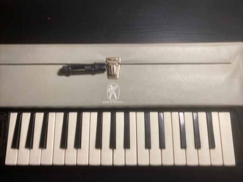 VINTAGE HOHNER MELODICA PIANO 32 WITH CASE