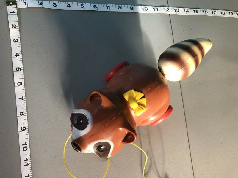 VINTAGE CHILDRENS 1979 FISHER PRICE RACOON PULL TOY IN GOOD CONDITION WORKS GOOD