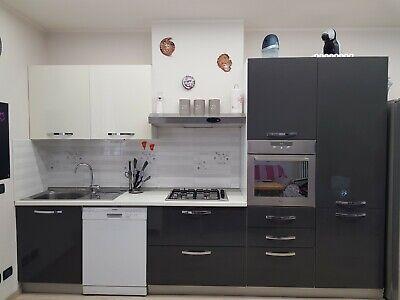 CUCINA MODERNA LUNGA 3,30M completa di elettrodomestici escluso forno e frigo.