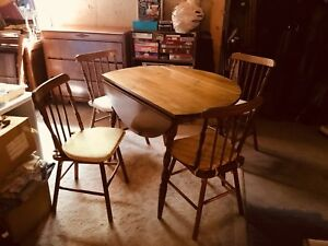 Sweet kitchen table & 4 chairs