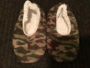 CAMO SLIPPERS - size 9/10