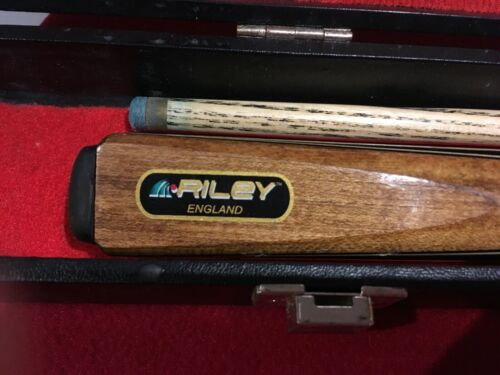 RILEY Snooker cue in 2 parts screws together. with case. very nice condition.