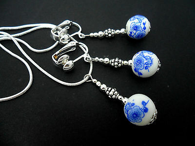 A PRETTY BLUE/WHITE PORCELAIN BEAD NECKLACE AND CLIP ON EARRING SET. NEW.
