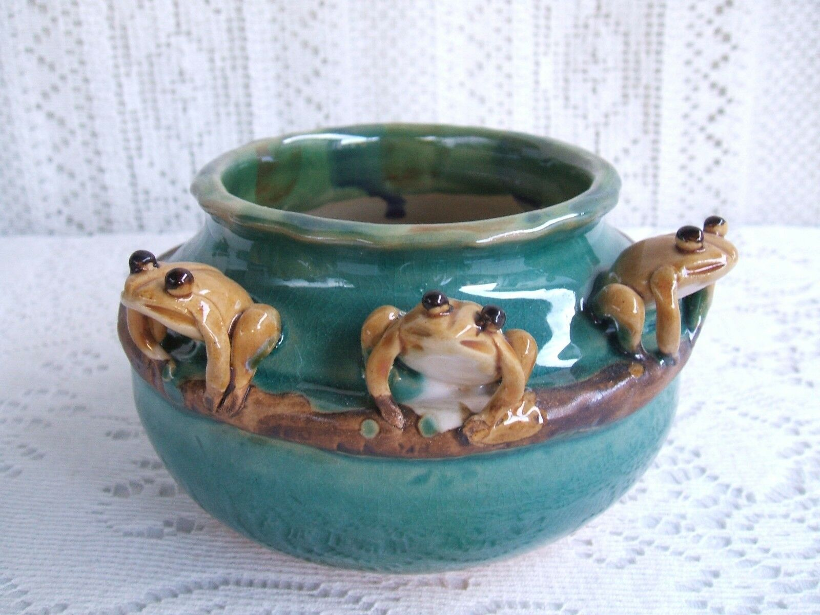 ***** ART POTTERY  MAJOLICA STYLE BAMBOO BOWL PLANTER WITH 3 FROGS *****