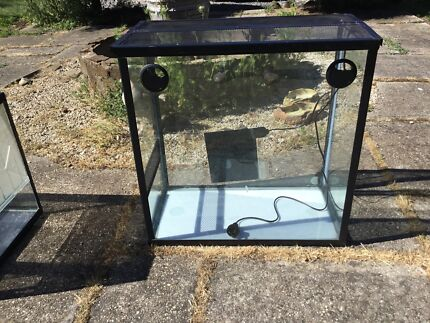 Reptile enclosure tank with heat pad