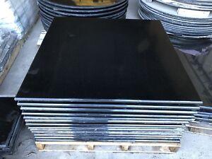 Tables en granite noir poli carrées et rondes