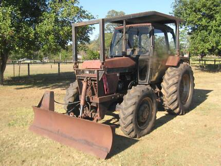CASE/INTERNATIONAL 1394 4wd tractor w/ blade.