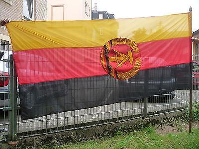 Große DDR Fahne Staatswappen schwarz rot gold mit Fahnenstange