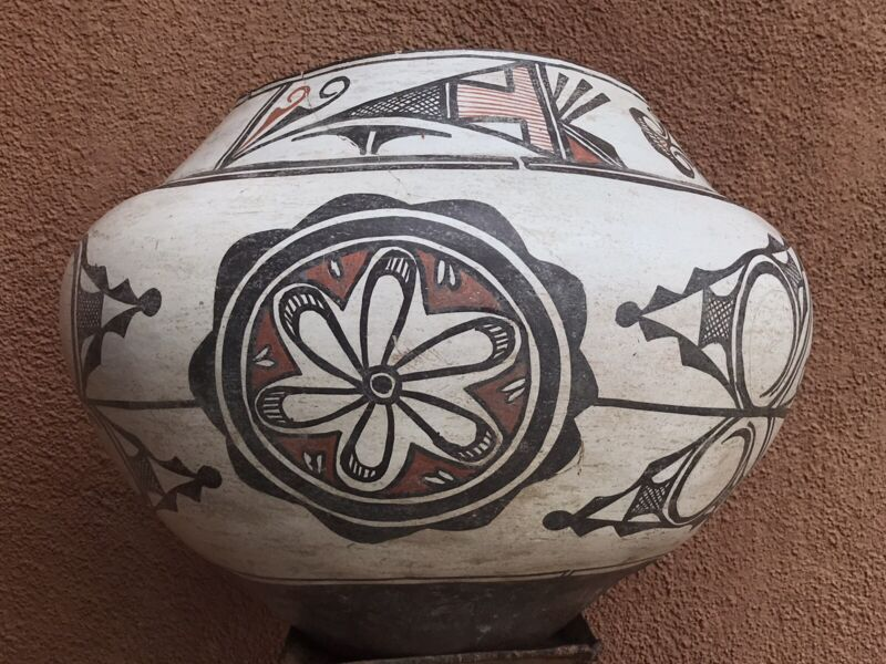 Antique 1900's  Historic Zuni Pueblo Native american Pottery Olla