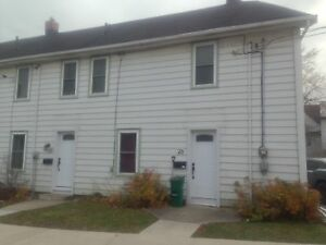 ATTN STUDENTS: 3 BED STEPS FROM THE HUB - 28 ELLICE ST.