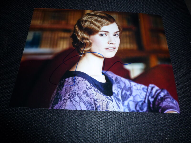 LILY JAMES  signed Autogramm In Person 20x25 cm DOWNTON ABBEY Rose MacClare