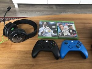 Xbox One w 2 Wireless Controllers & FIFA 19 Champions League