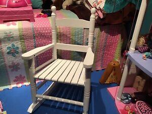 Chaise berçante en bois pour enfant $15.00