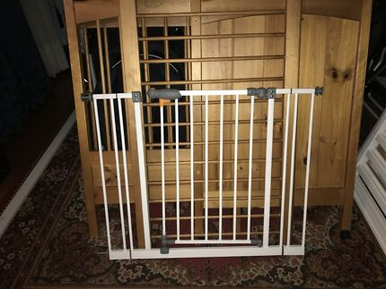 Self-Closing Safety Gate with 2 10cm extension pieces