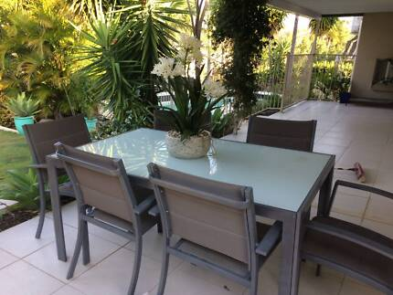 Outdoor aluminium dining table and chairs