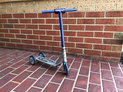 Three wheel razor scooter