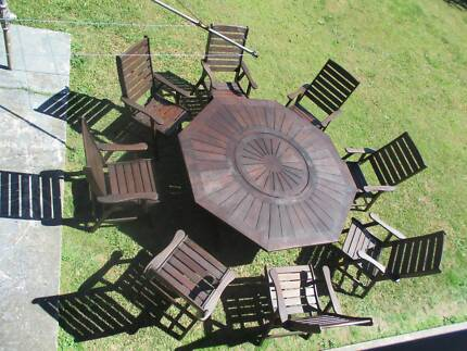 REFURBISHED KWILA OCTAGONAL 9. PIECE OUTDOOR SETTING CAN DELIVER