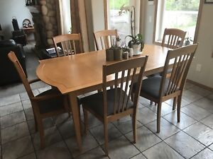 Maple Dining Room Table w/ 6 matching chairs