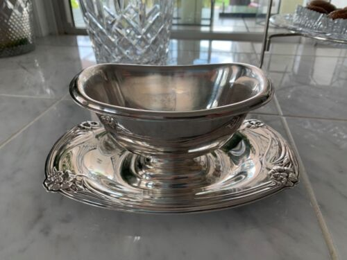VINTAGE ROGERS BROTHERS SILVER PLATE SAUCE BOAT WITH  PLATE  DAFFODIL PATTERN