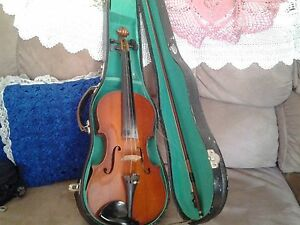 ADULT SIZE FIDDLE WITH CASE AND BOW