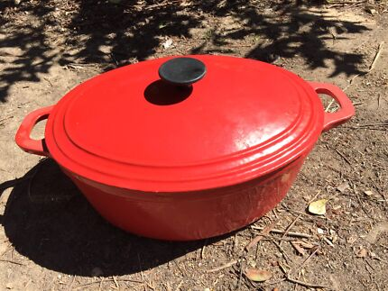 Cast iron red cooking pot with lid