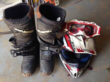 Motorbike boots and helmet Byford Serpentine Area Preview