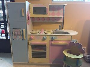 KIDCO WOOD PLAY KITCHEN/WITH PLAY FOOD, DISHES & HIGH CHAIR