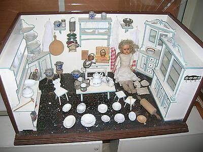 Große alte Puppenküche mit Einrichtung und Puppe um 1900 - aus Speicherfund