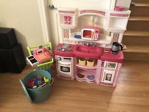 Cuisinette pour enfants avec beaucoup d'accessoires