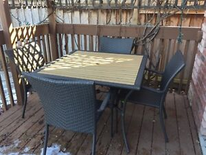 resin wicker chair & table patio set *Barely used*