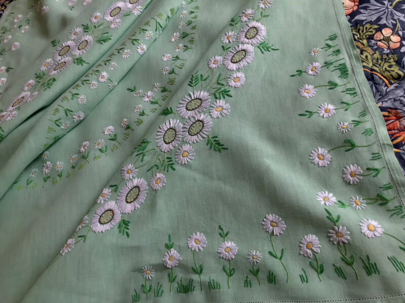 Vintage Hand Embroidered Green Linen White Circle Of Daisies Tablecloth 51x51'