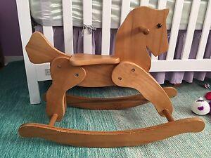 Cheval en bois pour enfant